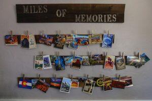 quadro con cartoline idea per risparmiare sui souvenir