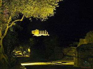 visita alla valle dei templi di agrigento di notte con lo sfondo del tempio di giunone