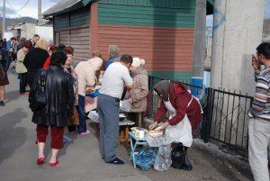 donne vendono sui binari della stazione