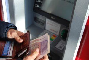 prelevare da un atm può essere un metodo per risparmiare sui pagamenti in viaggio