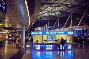 ufficio cambio valuta aeroporto. Foto di MichaelGaida da Pixabay