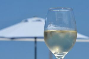 vino bianco in spiaggia
