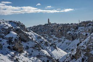 matera con la neve, una delle città italiane da visitare in inverno Roberto Strafella, CC BY-SA 4.0 , via Wikimedia Commons