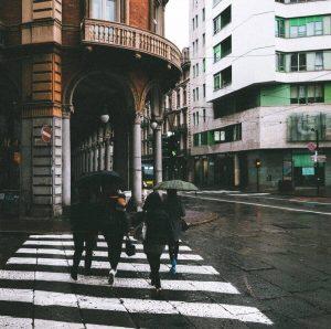 portici di torino e persone con ombrello