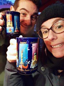 selene e stefano del blog viaggi che mangi a berlino a natale bevono gluehwine