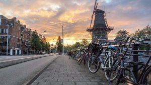 mulino de gooyer che si vede durante il tour in bici di amsterdam nelle campegne circostanti