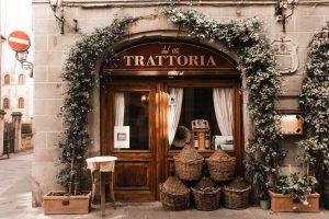 ingresso trattoria fiorentina come copertina del post dedicato a un itinerario gastronomico di firenze