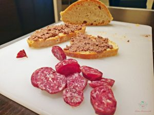 salame di cinghiale e crostini con fegatini, tipico antipasto toscano invernale.