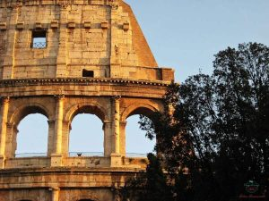 dettaglio del colosseo, da non perdere durante un itinerario per visitare roma in un giorno