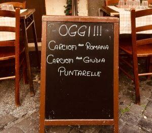 cartellone con su scritto menù di carciofi