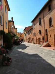 borgo della toscana, una delle mete enogastronomiche in italia a primavera