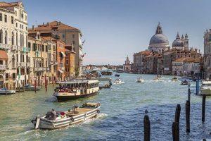 barche nel canal grande di venezia. Foto di Neil Morrell da Pixabay