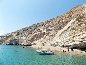 spiaggia gerakas da vedere durante un giro in barca a milos