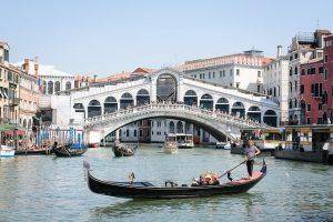un giro in gondola, uno dei migliori tour di venezia