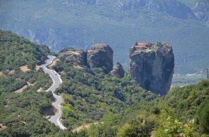 strada panoramica: ecco come visitare le meteore in grecia con l'auto