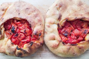 pane con pomodori sardo da assaggiare durante un viaggio enogastronomico in italia in estate. © expressyourtravel