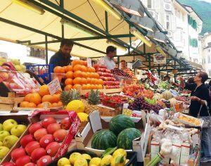 mercato in piazza delle erbe a bolzano