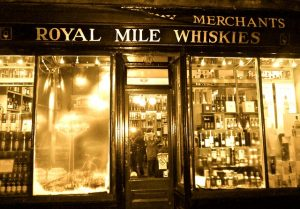 royal mile whiskies, dove comprare whisky a edimburgo. Foto di Martin Dubreuil da Pixabay