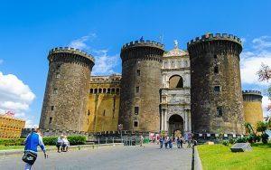 cosa fare a napoli gratis: vedere il castello angioino. Sergio Parrella, CC BY-SA 3.0 , via Wikimedia Commons