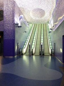 cosa fare a napoli gratis: ammirare le stazioni della metropolitana. Enzo Rippa, CC BY-SA 4.0 , via Wikimedia Commons