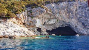 grotta di papnikolis tappa da non perdere durante un giro in barca a lefkada