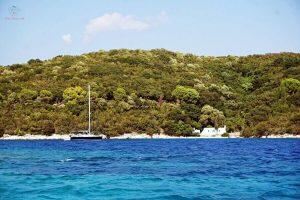barca a vela davanti all'isola di skorpios a lefkada
