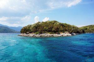 isola di skorpios vista dalla barca a lefkada
