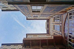facciata di palazzo lomellino: l'atrio è una delle cose da vedere gratis a genova