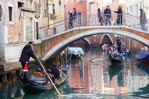 gondole di venezia durante un tour