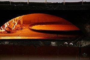 farinata, uno dei piatti da assaggiare per mangiare vegetariano a genova