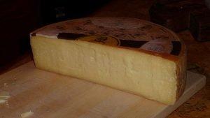 formaggio bra, uno dei migliori prodotti tipici di bra e del roero. F. D. Richards from Clinton, MI, CC BY-SA 2.0 , via Wikimedia Commons