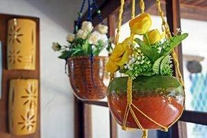 portavasi di ceramiche varalto, uno dei migliori rappresentati dell'artigianato sardo tra olbia e sassari