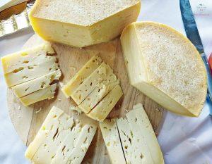 formaggio dell'azienda agricola caresi, tra i migliori rappresentati dell'artigianato sardo tra olbia e sassari